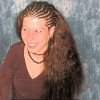 Frau mit Open Cornrows aus Thermofiberhaar (Struktur Ripple/Water Wave)